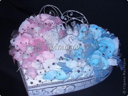 """Этот конфетный торт-шкатулка """"едет"""" на свадьбу в г. Иваново.  Путь не близкий, поэтому от сложной конструкции пришлось отказаться, а по причине летней жары конфетки только в цветах. И только Raffaello - они из конфет премиум класса самые жаростойкие :) фото 2"""