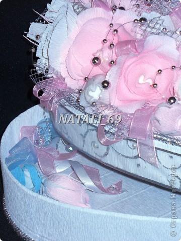 """Этот конфетный торт-шкатулка """"едет"""" на свадьбу в г. Иваново.  Путь не близкий, поэтому от сложной конструкции пришлось отказаться, а по причине летней жары конфетки только в цветах. И только Raffaello - они из конфет премиум класса самые жаростойкие :) фото 6"""