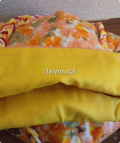 Лежала у меня на полке  юбка и была она мне безнадёжно мала...надоело мне её перекладывать с места на место и решила порезать на тряпки. НО, рассмотрев её повнимательнее мне в голову пришла следующая мысль. Что если присборить её внизу, пришить ручки и сделать ещё несколько несложных операций, то может получиться неплохая сумка. Можно потренироваться, приобрести навыки шитья, а если не получится - то и не жалко. Я достала машинку. Работа закипела.  фото 2