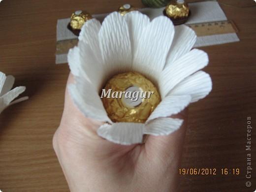 """Мои ромашки. В основе маленькая банка с печеньем """"Tivolli"""" с шоколадной крошкой. Ромашки - """"Ферреро роше"""". фото 9"""