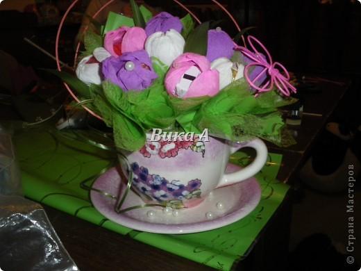 Этот букетик мы делали с подругой для учительницы ее дочки. Как это не странно звучит, но я ее учила как делать букеты из конфет. Мы вместе делали цветы и композицию. фото 2