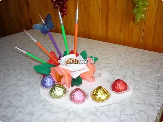 Этот букетик мы делали с подругой для учительницы ее дочки. Как это не странно звучит, но я ее учила как делать букеты из конфет. Мы вместе делали цветы и композицию. фото 4