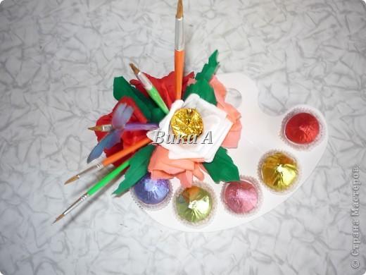 Этот букетик мы делали с подругой для учительницы ее дочки. Как это не странно звучит, но я ее учила как делать букеты из конфет. Мы вместе делали цветы и композицию. фото 5