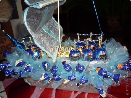 Этот букетик мы делали с подругой для учительницы ее дочки. Как это не странно звучит, но я ее учила как делать букеты из конфет. Мы вместе делали цветы и композицию. фото 7