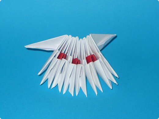 Для одного такого лебедя понадобится: всего 537 модулей. Белых - 362 модуля, красных - 175 модуля (1\16) маленький красный- 1 модуль (1\32) фото 4