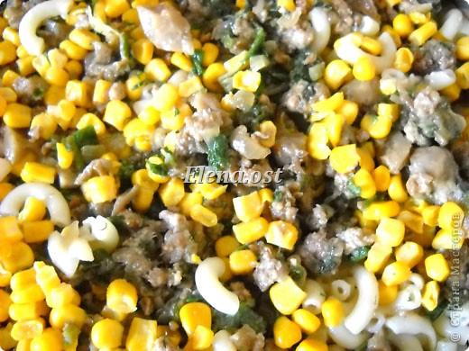 """Готовясь ко Дню рождения макарон http://stranamasterov.ru/node/374242?k=all&u=9321, я закупила различные виды этого прекрасного продукта. 11 сентября непременно готовим блюда из макарон.  Предлагаю приготовить вкусное и оригинальное блюдо: """"Фаршированные макароны"""". Для этого нам понадобятся: """"гигантская ракушка"""" - 200 г, фарш мясной - 200г,  лук - 1шт.  морковь - 1шт.  грибы - 100 г. солЬ, перец - по вкусу,  зелень петрушки, укропа. Для соуса:  сметана - 100 г,  твердый сыр - 100 г. фото 60"""