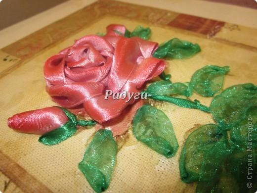 Всем привет!Продолжаю вышивать...Вчера вечером родилась вот эта розочка.Розы мои любимые цветы.Поэтому,конечно,же она должна у меня быть.Но как она у меня рождалась.Это что-то.Насмотрелась кучу мастер-классов,все понятно и доходчиво,почему бы не попробовать.Нооооооооооооооооооооооо!Это,когда смотришь-все легко и просто,а когда доходит до дела.Все мои познания сразу улетучились,мои корявые ручонки воводили,какие-то невероятные и неподдающиеся логическому объяснению манипуляции,какие-то хитросплетения и немыслимые ленточные виражи.Думала,что все порву и выкину.Но заставила себя этого не делать.НАДО ЖЕ УЧИТЬСЯ!И потом появилось вот это: фото 2