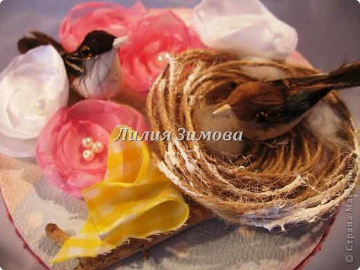 Всем здравствуйте!Вот сделала шкатулочку на день рождение родственнице.Это крышечка....Тут в гнездышке 2 птички, веточка дерева, цветочки.. фото 1