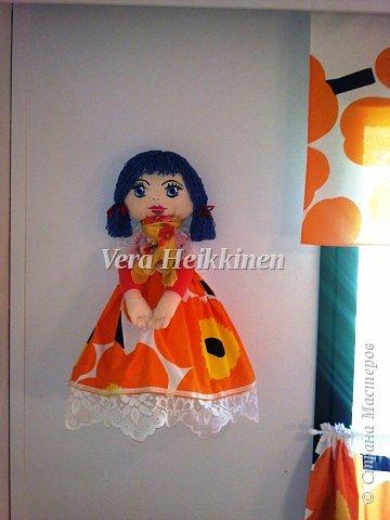 Кукла-пакетница.  Куколка получилась большая,высота 76 см. Выполнена из тканина х/б.Лицо рисовала акриловыми красками.Волосы-нитки(вискоза). В нее поместилось огромное количество пакетов. фото 3