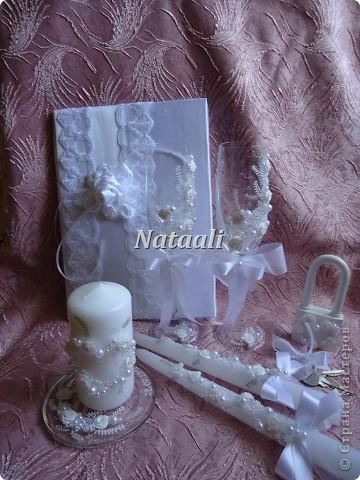 Заказали мне вот такой большой свадебный набор. Фотографий много с разными ракурсами. Бокалы, свечи, замок, папка для свидетельства о браке и подушечка для колец. фото 2
