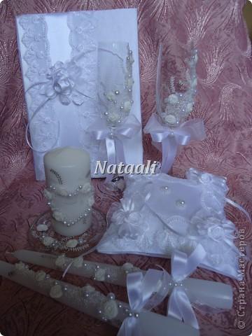 Заказали мне вот такой большой свадебный набор. Фотографий много с разными ракурсами. Бокалы, свечи, замок, папка для свидетельства о браке и подушечка для колец. фото 1