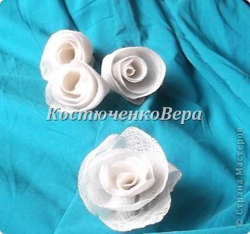 Моя работа, скорее подойдёт, для начинающих мастеров. Залежались у меня засушенные розы. Подошло их время, решила создать топиарий. Очень люблю природные материалы. Но роз оказалось недостаточно. Дополнить решила розами из марли. Вроде неплохо вместе смотрятся, да и марля почти природный материал, гармонии не нарушает. фото 10