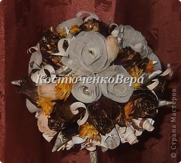 Моя работа, скорее подойдёт, для начинающих мастеров. Залежались у меня засушенные розы. Подошло их время, решила создать топиарий. Очень люблю природные материалы. Но роз оказалось недостаточно. Дополнить решила розами из марли. Вроде неплохо вместе смотрятся, да и марля почти природный материал, гармонии не нарушает. фото 15