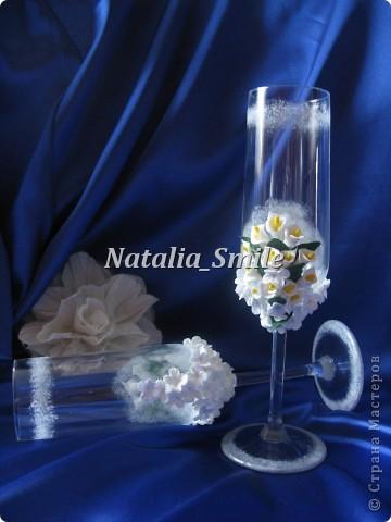 """Представляю вашему вниманию Свадебные бокалы """"Каллы"""". Бокалы сделаны на заказ, так что вторых таких просто не найти ;) Материал для цветов - самоотвердевающая полимерная глина, а так же использовалась акриловая краска, блестки и клей.   фото 5"""