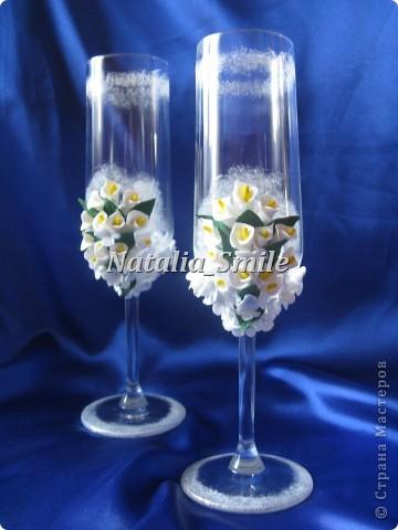 """Представляю вашему вниманию Свадебные бокалы """"Каллы"""". Бокалы сделаны на заказ, так что вторых таких просто не найти ;) Материал для цветов - самоотвердевающая полимерная глина, а так же использовалась акриловая краска, блестки и клей.   фото 6"""