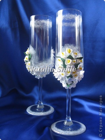 """Представляю вашему вниманию Свадебные бокалы """"Каллы"""". Бокалы сделаны на заказ, так что вторых таких просто не найти ;) Материал для цветов - самоотвердевающая полимерная глина, а так же использовалась акриловая краска, блестки и клей.   фото 4"""