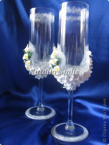 """Представляю вашему вниманию Свадебные бокалы """"Каллы"""". Бокалы сделаны на заказ, так что вторых таких просто не найти ;) Материал для цветов - самоотвердевающая полимерная глина, а так же использовалась акриловая краска, блестки и клей.   фото 3"""