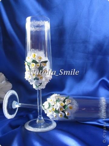 """Представляю вашему вниманию Свадебные бокалы """"Каллы"""". Бокалы сделаны на заказ, так что вторых таких просто не найти ;) Материал для цветов - самоотвердевающая полимерная глина, а так же использовалась акриловая краска, блестки и клей.   фото 7"""