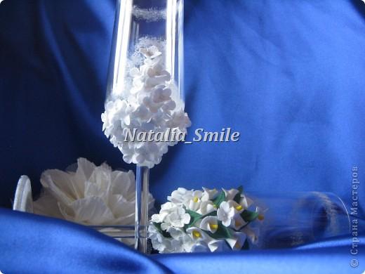 """Представляю вашему вниманию Свадебные бокалы """"Каллы"""". Бокалы сделаны на заказ, так что вторых таких просто не найти ;) Материал для цветов - самоотвердевающая полимерная глина, а так же использовалась акриловая краска, блестки и клей.   фото 2"""