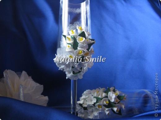 """Представляю вашему вниманию Свадебные бокалы """"Каллы"""". Бокалы сделаны на заказ, так что вторых таких просто не найти ;) Материал для цветов - самоотвердевающая полимерная глина, а так же использовалась акриловая краска, блестки и клей.   фото 1"""