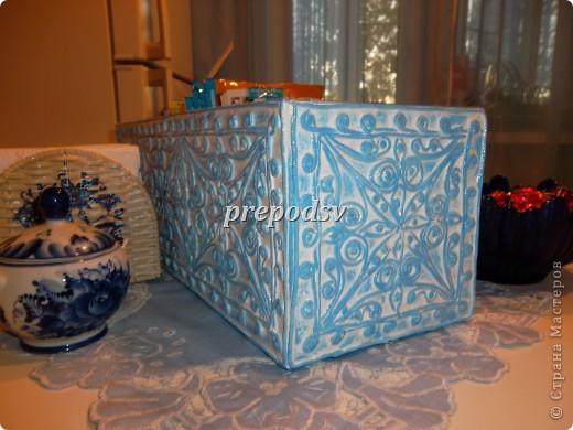 Саму коробку сделала из коробки(магазинной), выкроив из нее  шаблон по размерам. Склеила, оклеила газетной бумагой. Внутри сделала две перегородки. фото 2