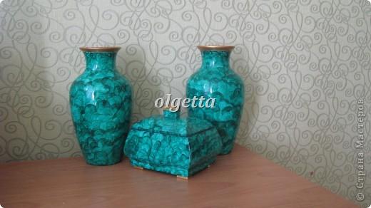 бутылка стеклянная ,декупаж рисовой салфетки, моделирующая паста, краски акриловые, лак акриловый, пепельница стеклянная в той же технике, поставец для рюмочки деревянный 9х9х9см. фото 2