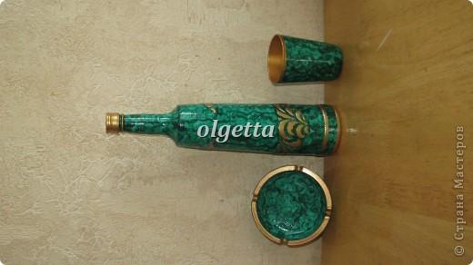 бутылка стеклянная ,декупаж рисовой салфетки, моделирующая паста, краски акриловые, лак акриловый, пепельница стеклянная в той же технике, поставец для рюмочки деревянный 9х9х9см. фото 8