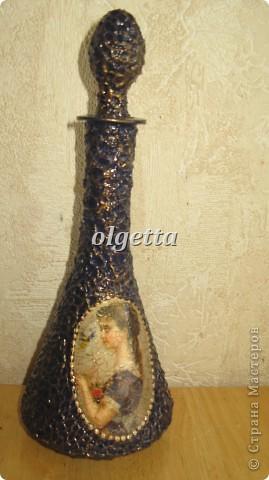 бутылка стеклянная ,декупаж рисовой салфетки, моделирующая паста, краски акриловые, лак акриловый, пепельница стеклянная в той же технике, поставец для рюмочки деревянный 9х9х9см. фото 11