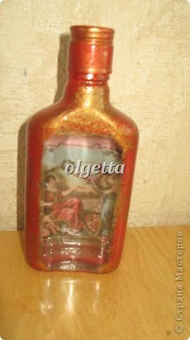 бутылка стеклянная ,декупаж рисовой салфетки, моделирующая паста, краски акриловые, лак акриловый, пепельница стеклянная в той же технике, поставец для рюмочки деревянный 9х9х9см. фото 12