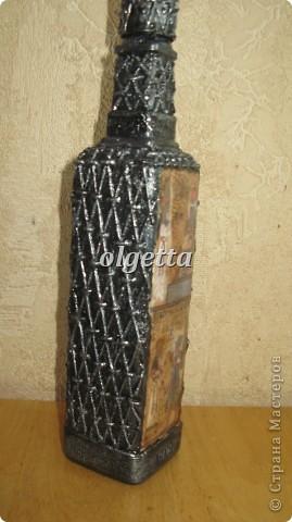 бутылка стеклянная ,декупаж рисовой салфетки, моделирующая паста, краски акриловые, лак акриловый, пепельница стеклянная в той же технике, поставец для рюмочки деревянный 9х9х9см. фото 16