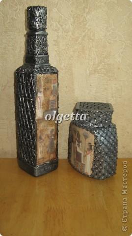 бутылка стеклянная ,декупаж рисовой салфетки, моделирующая паста, краски акриловые, лак акриловый, пепельница стеклянная в той же технике, поставец для рюмочки деревянный 9х9х9см. фото 18