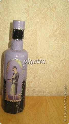 бутылка стеклянная ,декупаж рисовой салфетки, моделирующая паста, краски акриловые, лак акриловый, пепельница стеклянная в той же технике, поставец для рюмочки деревянный 9х9х9см. фото 19