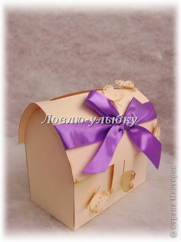 Вот сундучок - для денег, сладкого подарка, бижутерии, маленькой игрушечки В моем случае - это сундучки для денежных конвертов, выполненные из одного целого листа картона. На примере небольшого сундучка расскажу как делала. Делать просто...дольше было делать первый чертеж)))) Для работы нам нужно: картон клей ножницы, карандаш и линейка дырокол или щипцы лента, элементы для декора ( еще использовала чернила для обработки края) фото 17