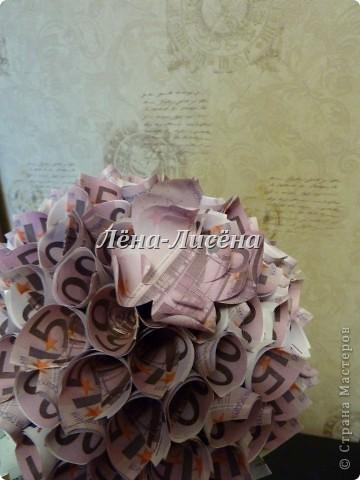 Сделала маме топиарчик денежный так сказать для поднятия бизнеса)))) Использовала бумажные копии денежек Евро достоинством 500 и 100. Получился большой одуванчик)))) фото 4