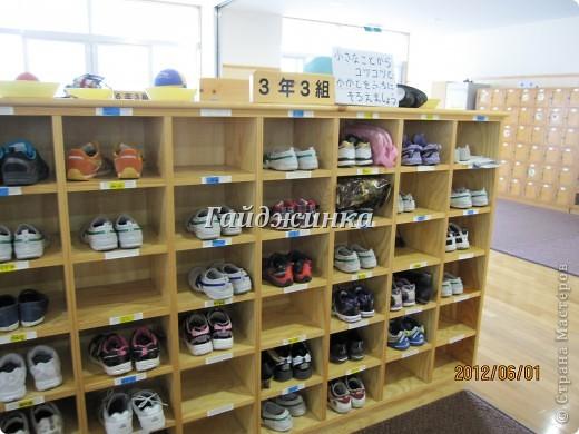 Наконец-то в японских школах начались каникулы! УРА!!!! Японские летние каникулы короткие. Всего-то 1 месяц и 10 дней. Школа начинается со шкафчиков со сменной обувью. Везде надписаны имена, чтоб дети ничего не перепутали. фото 1