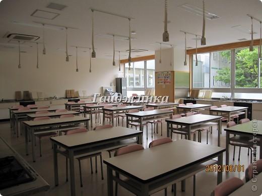 Наконец-то в японских школах начались каникулы! УРА!!!! Японские летние каникулы короткие. Всего-то 1 месяц и 10 дней. Школа начинается со шкафчиков со сменной обувью. Везде надписаны имена, чтоб дети ничего не перепутали. фото 2