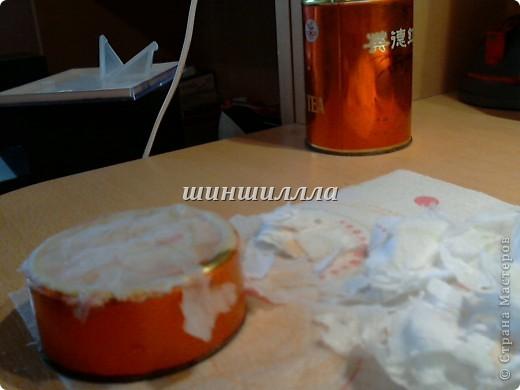 Нам понадобится:старая банка из под чая,тарелка с мыльной водой и кусочки бумажного полотенца. фото 4