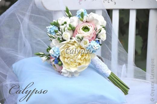 Захотелось сделать романтичный воздушный шебби-букет. Я использовала свои любимые цвета - ванильный, нежно-розовый и молочно-голубой и свои любимые цветы - пионы. ранункуллюсы, фрезии, кустовые розы, немного сирени и ягоды голубики) фото 4