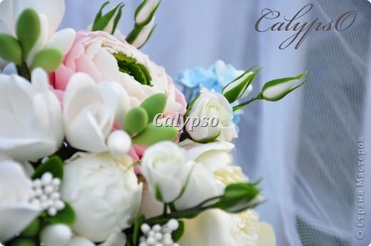 Захотелось сделать романтичный воздушный шебби-букет. Я использовала свои любимые цвета - ванильный, нежно-розовый и молочно-голубой и свои любимые цветы - пионы. ранункуллюсы, фрезии, кустовые розы, немного сирени и ягоды голубики) фото 2
