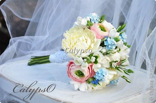 Захотелось сделать романтичный воздушный шебби-букет. Я использовала свои любимые цвета - ванильный, нежно-розовый и молочно-голубой и свои любимые цветы - пионы. ранункуллюсы, фрезии, кустовые розы, немного сирени и ягоды голубики) фото 1