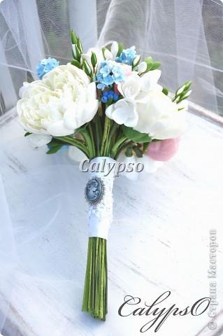 Захотелось сделать романтичный воздушный шебби-букет. Я использовала свои любимые цвета - ванильный, нежно-розовый и молочно-голубой и свои любимые цветы - пионы. ранункуллюсы, фрезии, кустовые розы, немного сирени и ягоды голубики) фото 3