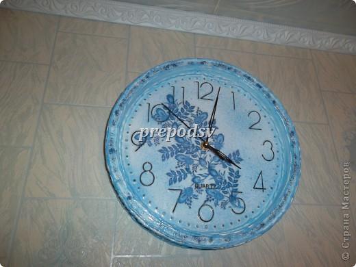 Были обычные белые часы. Немного декупажа, много работы с пейп-артом, глиттер и лак(акриловый). фото 2