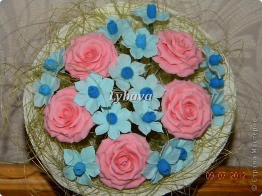 Это один из самых моих любимых букетиков. Нравятся мне мои голубые цветочки. И розочки здесь получились какие то зефирные. Не скромно, да? Его я отправила в подарок далеко далеко очень дорогому для меня человечку. Надеюсь, что подарочек понравится. фото 1