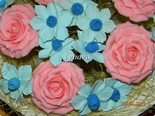 Это один из самых моих любимых букетиков. Нравятся мне мои голубые цветочки. И розочки здесь получились какие то зефирные. Не скромно, да? Его я отправила в подарок далеко далеко очень дорогому для меня человечку. Надеюсь, что подарочек понравится. фото 3