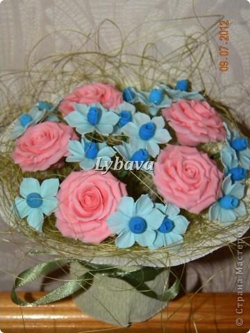 Это один из самых моих любимых букетиков. Нравятся мне мои голубые цветочки. И розочки здесь получились какие то зефирные. Не скромно, да? Его я отправила в подарок далеко далеко очень дорогому для меня человечку. Надеюсь, что подарочек понравится. фото 5