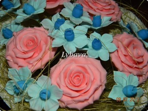 Это один из самых моих любимых букетиков. Нравятся мне мои голубые цветочки. И розочки здесь получились какие то зефирные. Не скромно, да? Его я отправила в подарок далеко далеко очень дорогому для меня человечку. Надеюсь, что подарочек понравится. фото 2