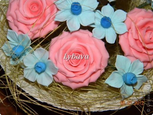 Это один из самых моих любимых букетиков. Нравятся мне мои голубые цветочки. И розочки здесь получились какие то зефирные. Не скромно, да? Его я отправила в подарок далеко далеко очень дорогому для меня человечку. Надеюсь, что подарочек понравится. фото 4