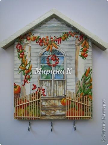 Деревянная заготовка, акриловый грунт, салфетка, зубочистки, лак, крючки, гель 3-D эффект, яичная скорлупа на крыше, подрисовка акриловыми красками фото 1
