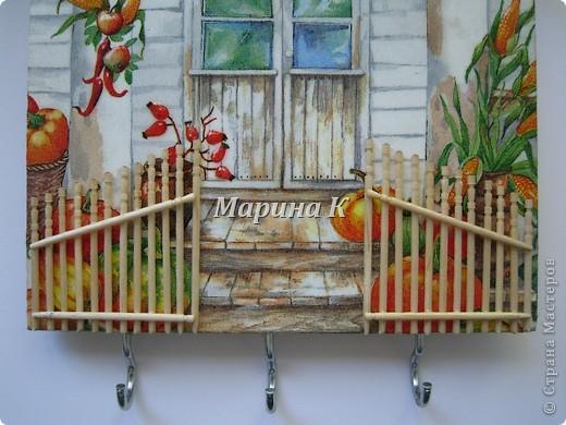 Деревянная заготовка, акриловый грунт, салфетка, зубочистки, лак, крючки, гель 3-D эффект, яичная скорлупа на крыше, подрисовка акриловыми красками фото 2