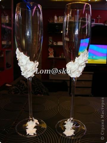 мои первая работа с бокалами. цветы из полимерной глины. роспись контуром по стеклу. серединки цветов- жидкие жемчужины. фото 2